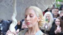 Lady Gaga nafotila kampaň pro Versace a ukázala tvář před retuší