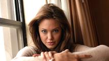 Angelina Jolie si nechala odstranit vaječníky a vejcovody