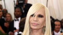 Donatella Versace je stále odvážná. V šatech ukázala přibývající věk i plastiky