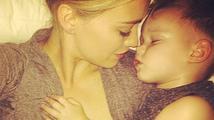 Milující máma: Hilary Duff uspává svého synka