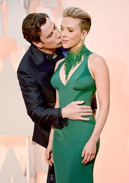 John Travolta a Scarlett Johansson