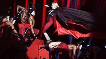 VIDEO: Madonna se zřítila ze schodů