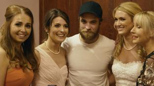 Robert Pattinson způsobil poprask na svatbě: Dvacet družiček ho žádalo o společnou fotografii