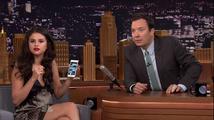 Selena Gomez, jak ji neznáte: Zahrála si na krotitelku duchů a vyděsila Jimmyho Fallona