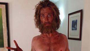 Tohle není bezdomovec, ale jeden z nejslavnějších australských herců. Poznáte ho?