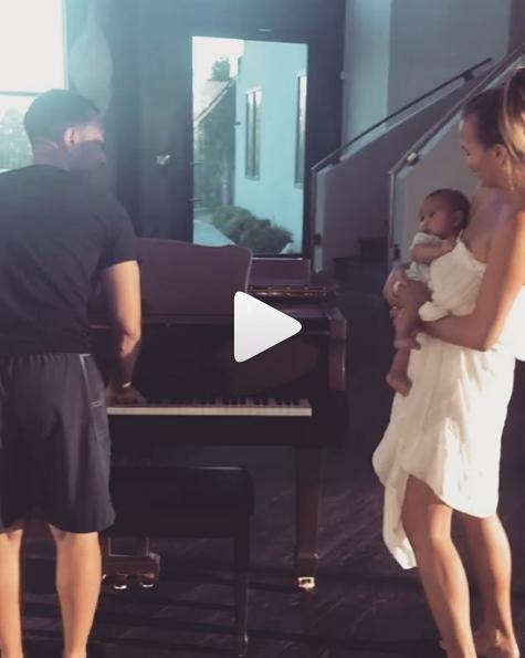 John Legend a Chrissy Teigen uspávají dítě