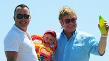 Elton John bude podruhé otcem