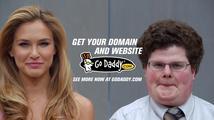 Neuvěříte, koho líbala topmodelka Bar Refaeli v reklamě pro Super Bowl!