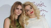Žádaná modelka Cara Delevingne pracuje na prvním albu. Pomáhá jí Rita Ora.