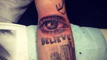 Kterému zpěvákovi přibylo do sbírky další tetování v podobě oka?