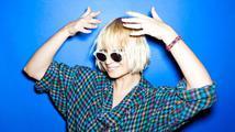 Zpěvačka Sia Furler ukázala nechtěně prsa, když si vykračovala vedle Roberta Pattinsona