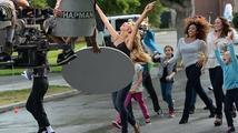 Supermodelka Heidi Klum natočila reklamu pro oděvní značku a zazpívala hit od Bee Gees