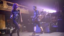 VIDEO: Paramore se baví. Ničením kytar a běháním s plyšáky