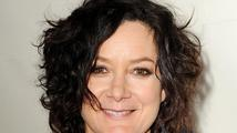 Vzpomínáte si na seriál Roseanne? Sara Gilbert se provdala a vzala si známou zpěvačku