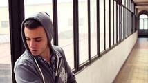 VIDEO: Lipo pěje lovesong na břehu moře