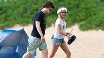 Emma Roberts a její snoubenec Evan Peters si užívají na Havaji