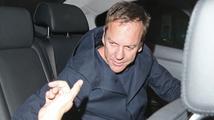 Kiefer Sutherland se opil do němoty