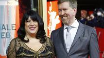 Manžel E. L. James už píše scénář pro další díl Padesáti odstínů šedi