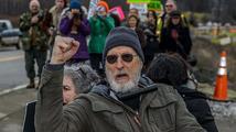 Herec známý z filmů Babe či Zelená míle byl zatčen při protestu proti výstavbě elektrárny