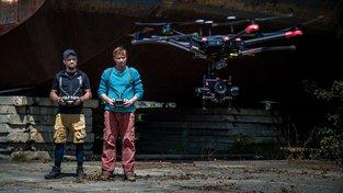 Filmové premiéry: Superhrdinové od DC Comics a půjčovna dronů Jiřího Mádla