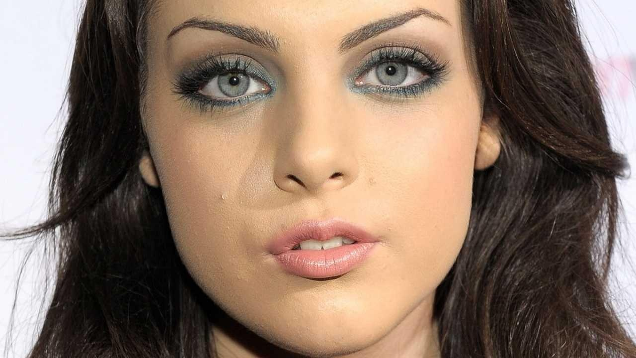Elizabeth Egan Liz Gillies is Ariana Grandes best friend Liz is known for portraying Jade West on Victorious along with Ariana Grande who portrayed Cat