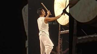 Andy Lau hraje na bicí na koncertě v roce 2018