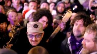 Bono & Glen Hansard - Heyday (Busking on Grafton St Christmas Eve)