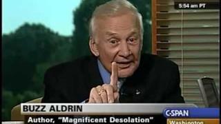 Buzz Aldrin Odhaluje existenci staveb monolitů na Phobosu měsíci Marsu