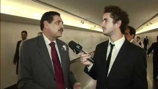 Felipe Andreoli atrás do deputado que quebrou o microfone do CQC