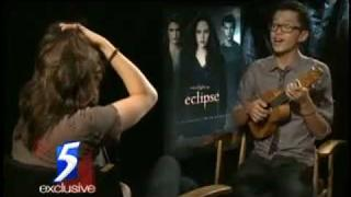 Interviewer Sings to Kristen Stewart