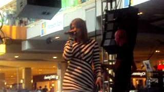 "Kelly Clarkson ""Walk Away"" - Houston Galleria"