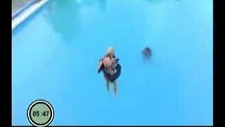 Mariana Ďurianová skáče z 8 metrového mostíka