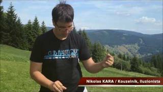 Nikolas Kara kouzlo se skleničkou a micí