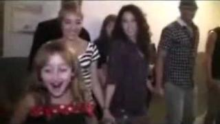 Noah Cyrus singing & dancing to 'Smack That' - Akon.