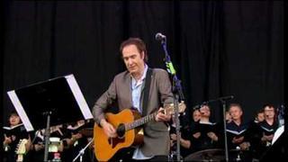 """Ray Davies dedicates """"Waterloo Sunset"""" and """"Days"""" to Pete Quaife at Glastonbury 2010"""