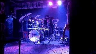 Roman Birkuš hraje na bicí