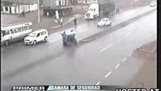 VW Bug Vs. Rickshaw - CCTV