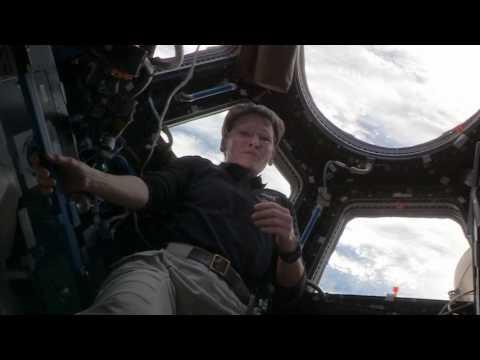 Astronautka Peggy Whitsonová předvádí kalendář na vesmírné stanici